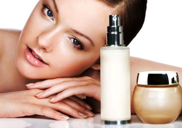 Все косметические средства нужно подбирать в соответствии с возрастом - до 30 лет желательно пользоваться кремами с коллагеном, а после 35 следует переходить на антивозрастную косметику