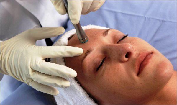 С помощью вакуумной чистки лица можно значительно улучшить состояние дермы, оздоровить ее, снять симптомы усталости
