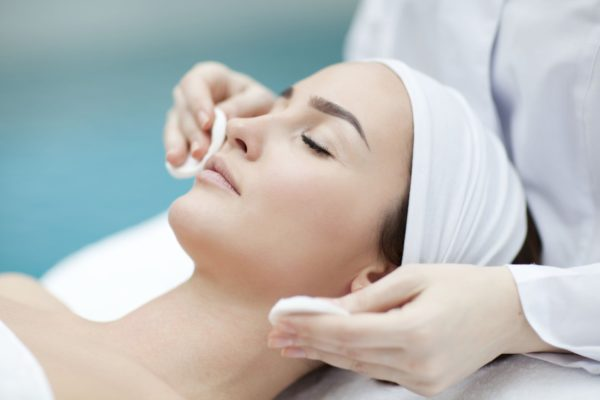 Азелаиновый пилинг – процедура, нацеленная на результативное избавление от дерматологических проблем.