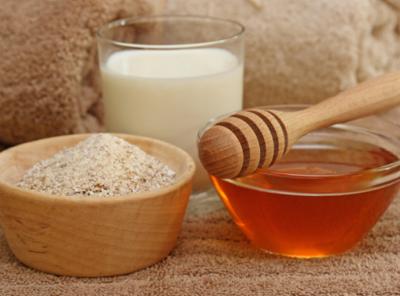 Мёд и желатин в прозрачных тарелочках