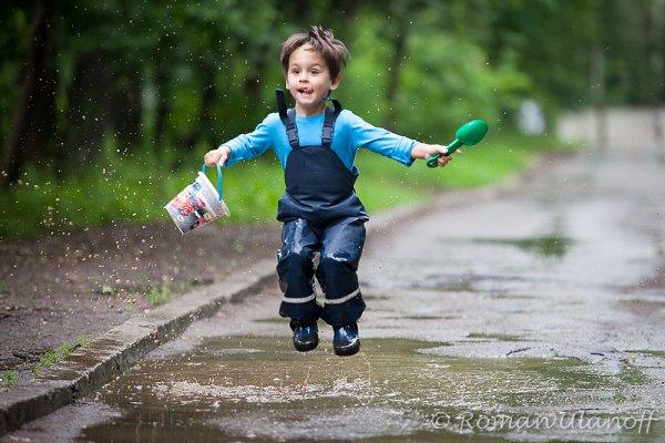Какую одежду носить ребенку летом в дождливую или прохладную погоду