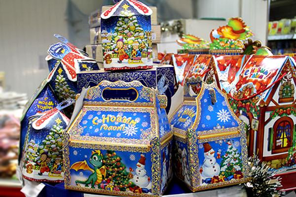 новогодний подарок со  сладостями