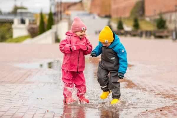 ребенок в непромакаемой одежде летом