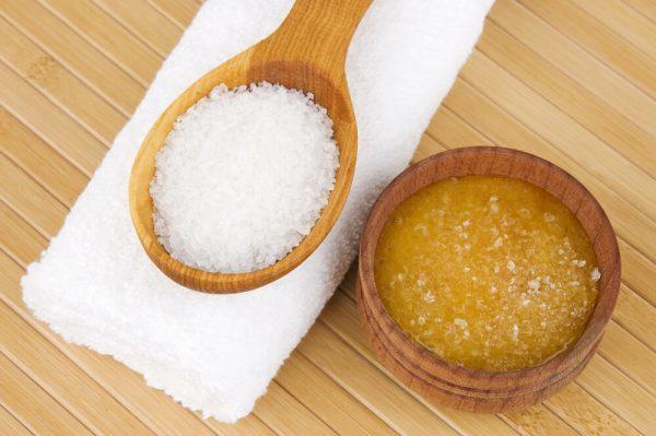 Маска-скраб из мёда, желтка, корицы и соли для упругости кожи