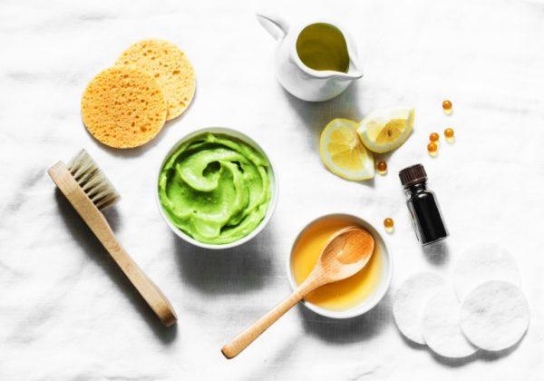 Авокадо увлажняет кожу, а мёд и лимон работают в тандеме, осветляя и освежая её