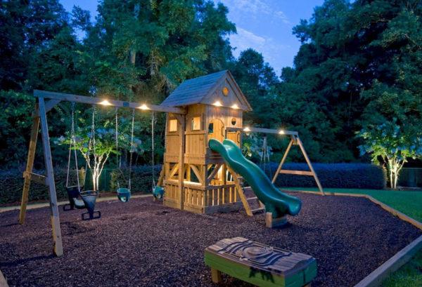 Детская площадка в саду загородного дома